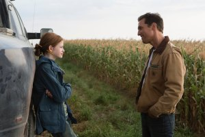 interstellar-2014-002-young-murph-and-cooper-by-corn-field